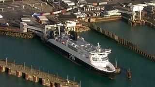 شاهد: سائقو الشاحنات الأوروبيين العالقين حول ميناء دوفر يخضعون لفحص كورونا قبل عبور القنال