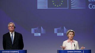 رئيسة المفوضية الأوروبية أورسولا فان دير لين وكبير المفاوضين في ملف بريكسيت مسشال بارنييه خلال مؤتمر صحفي في بروكسل. 2020/12/24