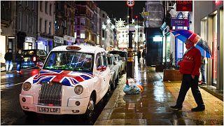 أحد شوارع لندن يبدو شبه خالٍ بعد فرض الحجر