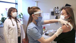 Türkiye, Çinli SinoVac firmasının geliştirdiği aşının koronavirüse karşı yüzde 91,25 etkili olduğunu bildirdi