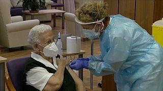 Araceli Hidalgo, de 96 años, recibe en España la primera dosis de la vacuna
