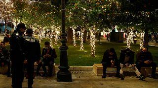 شرطة أثينا تزيد من إجراءات التباعد الاجتماعي في ليلة الميلاد