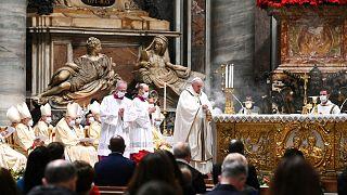 رئيس الكنيسة الكاثوليكية البابا فرنسيس وقداس ميلاد شبه خال من المؤمنين بسبب الجائحة