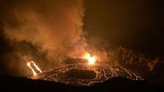 الحمم تتدفق من فوهة بركان كيلاويا النشط في هاواي
