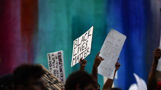 Unas docenas de personas se manifestaron el jueves por la tarde en el barrio donde Andre Hill fue asesinado.