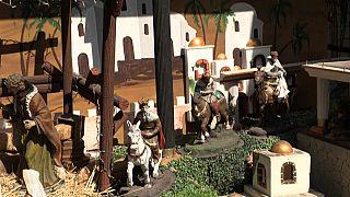 مجسمات ملوك مجوس بوجوه مغطاة بكمامات العاصمة المكسيكية بمناسبة عيد الميلاد