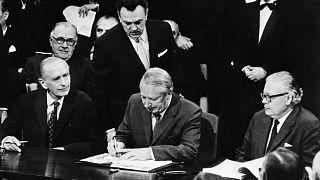 Edward Heath miniszterelnök Brüsszelben aláírja a csatlakozási egyezményt 1972. január 22-én