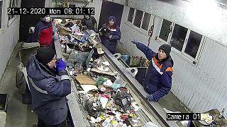 عمال فرز النفايات ينقذون قط حي من القمامة