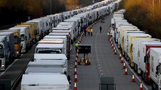 فرنسا تسهل حركة مرور الشاحنات العالقة في بريطانيا