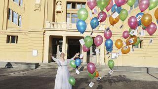 Sabine Schramm del teatro di Altenburg-Gera lancia in cielo 50 palloncini per testimoniare vicinanza con chi è stato colpito dal Covid