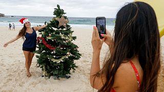 سكان سيدني الأسترالية يقضون عيد ميلاد صيفي على الشاطئ