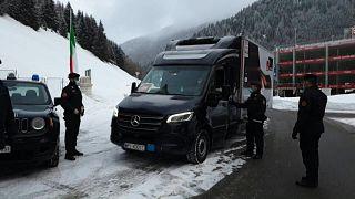 قوات الدرك الوطني الإيطالية ترافق قافلة شحن تحمل لقاحات كوفيد-19