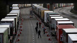 Militares britânicos aliviam congestionamento em Dover