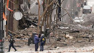 خلف الانفجار أضراراً كبيرة في الجادة