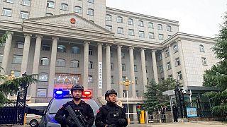 Çin'de halk mahkemesi önünde nöbet tutan iki polis
