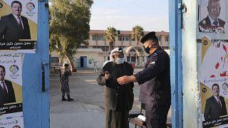 رجل أمام مركز اقتراع خلال انتخابات برلمانية في نوفمبر الماضي في عمان
