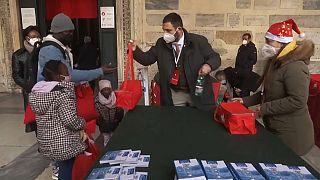Capture d'écran via AP / Distribution de paniers-repas par la Communauté de Sant'Egidio, Rome, Italie, le 25 décembre 2020