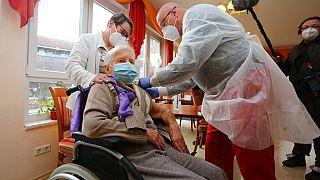 101-jährige Bewohnerin eines Seniorenheims in Halberstadt wird gegen Corona geimpft