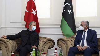 وزير الدفاع التركي خلوصي أكار مع مسؤول ليبي