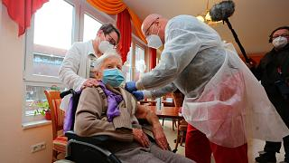 Almanya'da ilk Covid-19 aşısı yapıldı