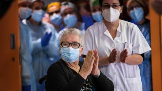 Josefa Perez, 89 ans, applaudit après avoir été vaccinée contre le Covid-19, le 27 décembre 2020, à Barcelone, Espagne