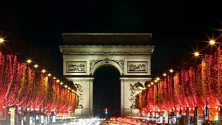 شارع الشانزليزيه مع قوس النصر مضاء كجزء من إنارات عيد الميلاد في باريس