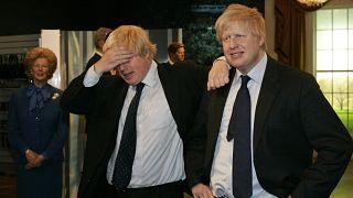 Boris Johnson saját viaszfigurájával pózol a Madam Tussauds múzeumban 2008-ban