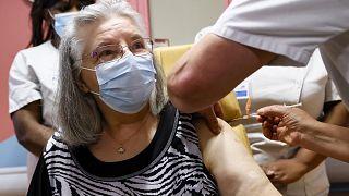 موريسِت (78 عاماً) أول من تلقى جرعة من اللقاح ضدّ كوفيد-19 في فرنسا