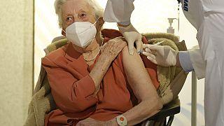 Emilie Repikova világháborús veterán megkapja a védőoltást egy prágai kórházban.