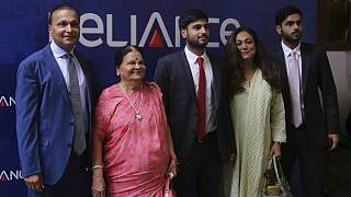 آنیل آمبانی، میلیارد هندی(سمت چپ) همراه با اعضای خانواده از جمله مادرش
