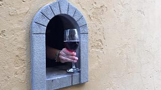 """A Florence, les """"fenêtres à vin"""" de la Renaissance aident les restaurateurs en pleine pandémie"""