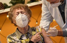 Residente in una casa di cura a Colonia, Germania, domenica 27 dicembre 2020, mentre viene vaccinata
