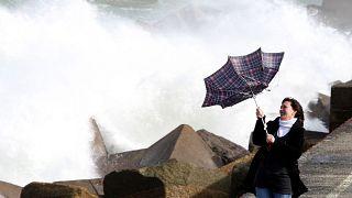 العاصفة بيلا تحرم آلاف الفرنسيين من الكهرباء