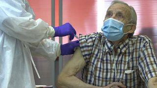 Un hombre recibe la primera dosis de la vacuna en España