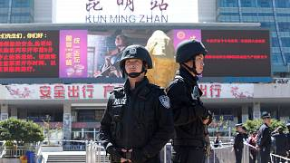 رجال شرطة مسلحون أمام محطة كونمينغ للسكك الحديدية في كونمينغ، مقاطعة يوننان بغرب الصين، الأحد 2 مارس 2014.