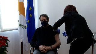 شاهد: الرئيس القبرصي نيكوس أناستاسيادس يتلقى لقاح فيروس كورونا