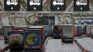 شاحنات تصطفّ لدخول ميناء دوفر الإنكليزي للعبور إلى الضفة الفرنسية من بحر المانش