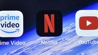 تطبيقات برايم فيديو ونتفليكس ويوتيوب على شاشة أبفون في ألمانيا. 2020/09/10
