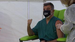 شاهد.. أول طبيب إيطالي تعامل مع فيروس كورونا يحصل على اللقاح