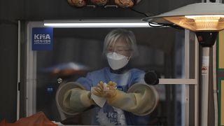 موظفة صحة ترتدي قفازات قبيل إجراء اختبار كوفيدـ19 في موقع من العاصمة الكوروية الجنوبية سيول. 2020/12/28