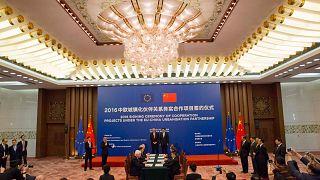 رئيس المفوضية الأوروبية السابق جان كلود يونكر مع مسؤولين صينيين في قاعة الشعب الكبرى في بكين، الأربعاء  13 يوليو 2016