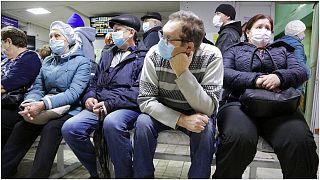 مرضى ينتظرون دورهم في في مدينة أومسك السيبيرية في روسيا
