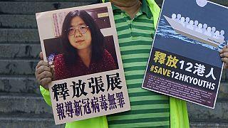 Demokratie-Aktivist in Hong Kong hält ein Poster der inhaftierten Bürgerjournalistin Zhang Zhan