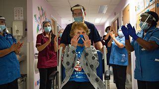 A kórházi személyzet megtapsolja a 90 éves Margaret Keenant, aki az Egyesült Királyságban elsőként kapta meg a védőoltást december 8-án