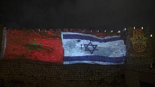 العلمان المغربي والإسرائيلي على جدار البلدة القديمة في القدس