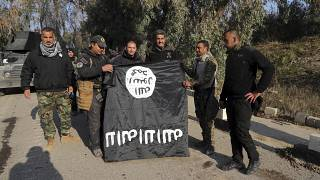 عراقيون يحملون علم داعش بعد استعادة السيطرة على الموصل