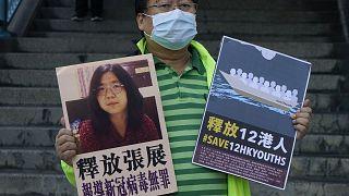 Un attivista pro-democrazia a Hong Kong chiede la liberazione della citizen journalist cinese Zhang Zhan