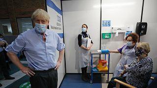 İngiltere Başbakanı Johnson aşı merkezinde