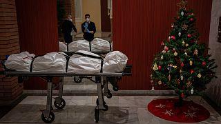 Kollégájukat búcsúztatják egy barcelonai temetkezési vállalat alkalmazottai karácsonykor