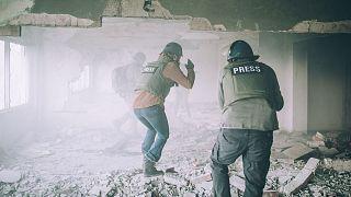 عکس تزئینی از حضور خبرنگاران در صحنههای درگیری و جنگ